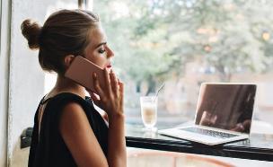 אישה מדברת בטלפון, שארטרסטוק (צילום: By Look Studio  shutterstock)
