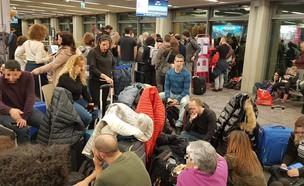 נוסעים ממתינים