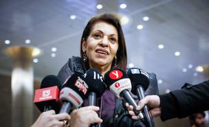 אמה של נעמה יששכר בשדה התעופה (צילום: פלאש 90)