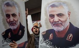 מפגינים נושאים את תמונתו של סולימאני (צילום:  Chris McGrath/Getty Images)