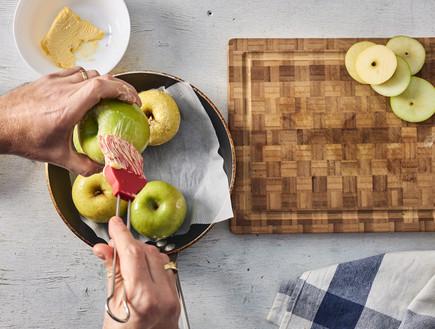 מורחים את תפוחי העץ בחמאה