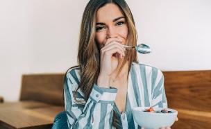 אישה אוכלת בריא (צילום:  David Prado Perucha, shutterstock)