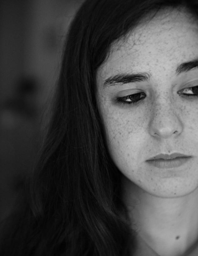 נערה עצובה (צילום: pablo-varela, unsplash)