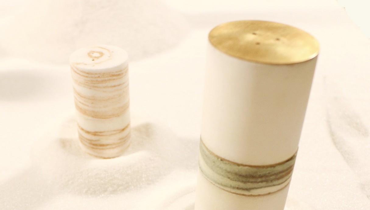 ליה ברוס מייצרת כלי שולחן ממלח