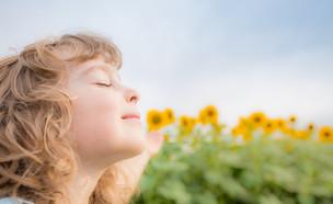 ילד שמח בשדה חמניות (אילוסטרציה: Sunny studio, shutterstock)