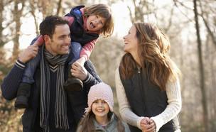 משפחה בחורף (צילום: Monkey Business Images, shutterstock)