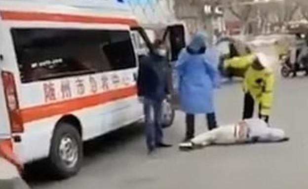 סיני שהתמוטט ברחוב כנראה כתוצאה מהוירוס הקטלני
