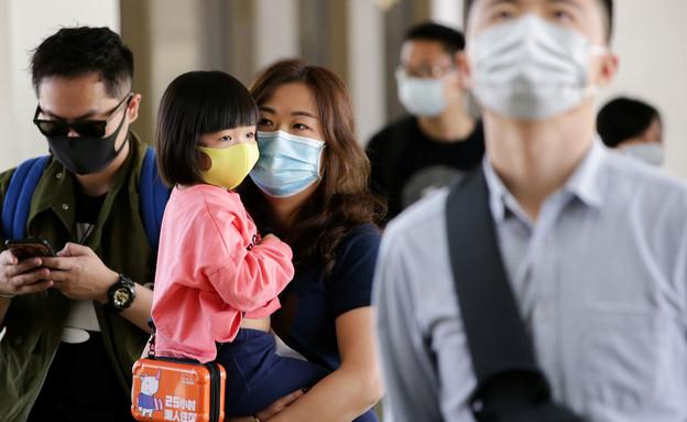 אישה לובשת מסכה בסין