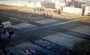ילדה שרצה לפסי הרכבת בלוד