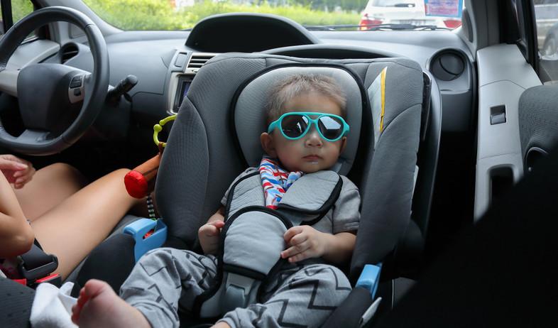 תינוק עם משקפי שמש יושב על מושב בטיחות במכונית (אילוסטרציה: Suti Stock Photo, shutterstock)