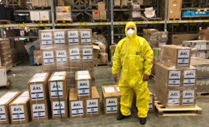 מסיכות וציוד מגן במפעל כיל, בדרכם להישלח לסין