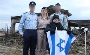 """ניצול השואה ונכדיו החיילים באושוויץ (צילום: דובר צה""""ל )"""