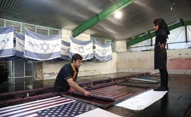 """מפעל אירני שמייצר דגלי ישראל וארה""""ב (צילום: שי פרנקו,רויטרס)"""