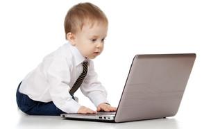 תינוק מול מחשב (אילוסטרציה: Oksana Kuzmina, shutterstock)