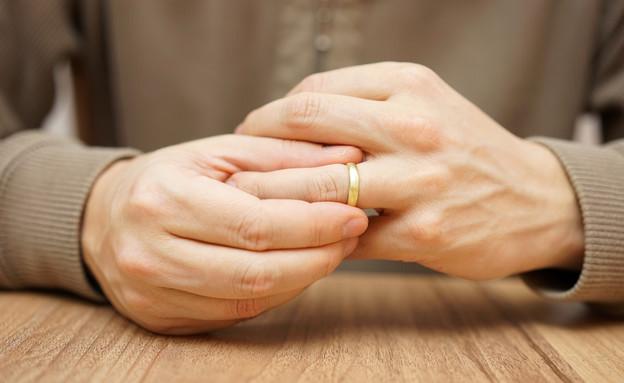 גבר מוריד טבעת