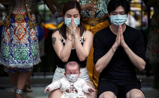 אזרחים לובשים מסכה בסין (צילום: רויטרס)