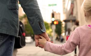 גבר מחזיק יד של ילדה (אילוסטרציה: Saklakova, shutterstock)