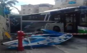 אוטובוס התנגש בתחנה בביתר עילית (צילום: אנשי הדממה)