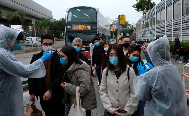 נוסעי אוטובוס נבדקים בעקבות החשש, הונג קונג (צילום: רויטרס)