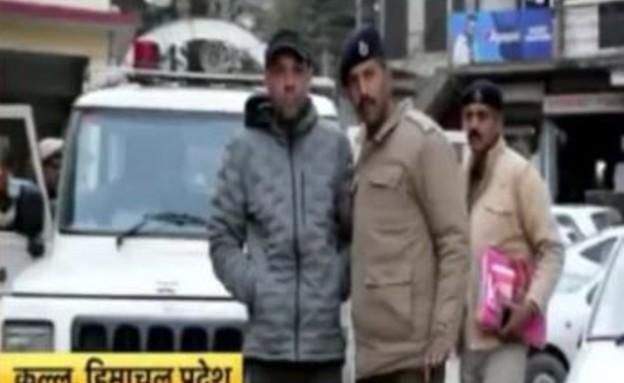 תיעוד רגע המעצר של הישראלי בהודו (צילום: מתוך שידורי הטלוויזיה בהודו)