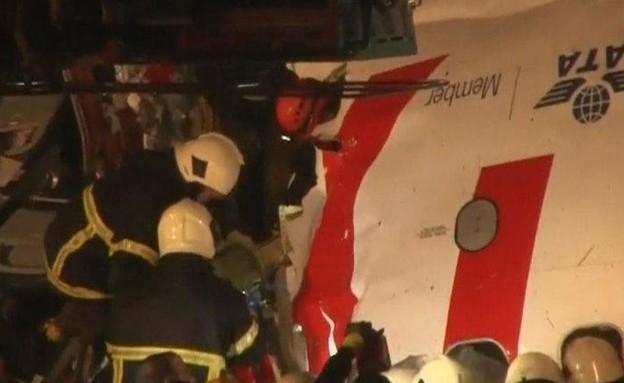 מטוס שסטה ממסלול ההמראה באיסטנבול ונחצה (צילום: skynews)