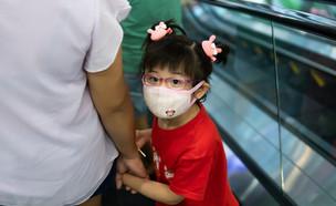 ילדה חובשת מסכה (צילום:  Trisnoandcompany, shutterstock)