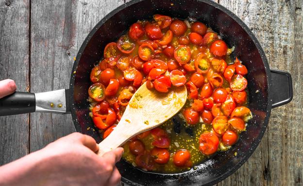 עגבניות שרי צלויות במחבת (צילום: alicja neumiler, ShutterStock)