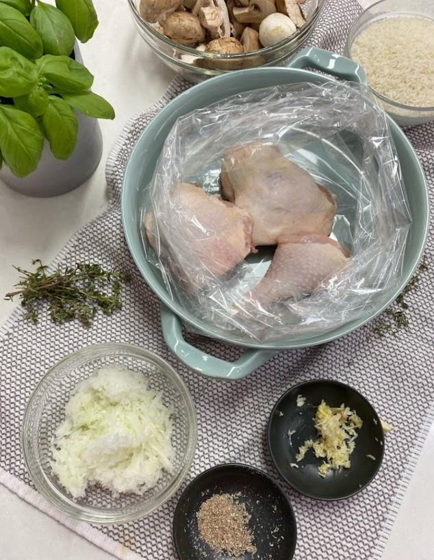 עוף עם אורז ופטריות בשקית קוקי - כל החומרים לפני