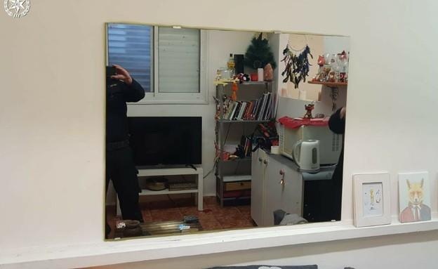 המראה החד-כיוונית שהתקין בעל הדירה (צילום: דוברות המשטרה)