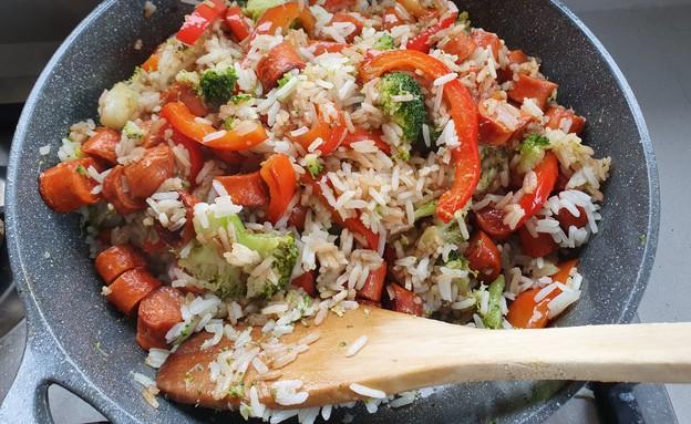 אורז עם נקניקיות וירקות (צילום: דנה בר-אל שוורץ, אוכל טוב)