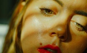 אישה מזיעה (צילום: haley-lawrence, unsplash)