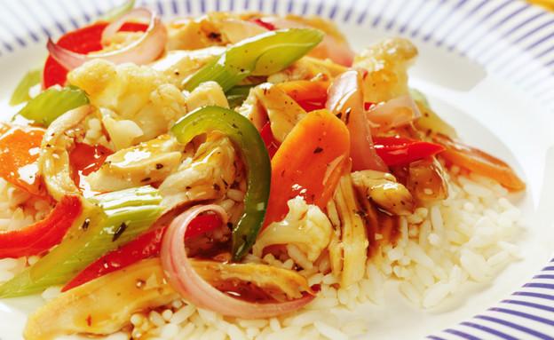 ירקות מוקפצים עם אורז (צילום: edoneil, Istock)
