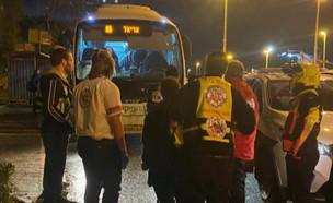 """אופנוען ריסס גז מדמיע לתוך אוטובוס נוסעים (צילום: מתוך """"חדשות הבוקר"""" , קשת 12)"""