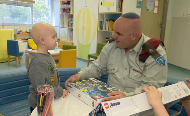 מאור לוי, איש הלגו שמחלק משחקים לילדים חולי סרטן