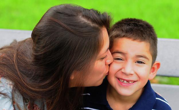 אמא מנשקת ילד (צילום: Beth Swanson, Shutterstock)