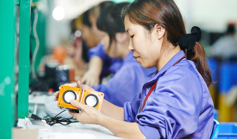 עובדת מפעל בסין (צילום: Dmitry Kalinovsky, shutterstock)