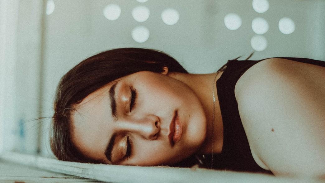 אישה ישנה (צילום: houcine-ncib, unsplash)