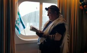 יום בחייהם של הלכודים בספינת הקורונה (צילום: החדשות 12)