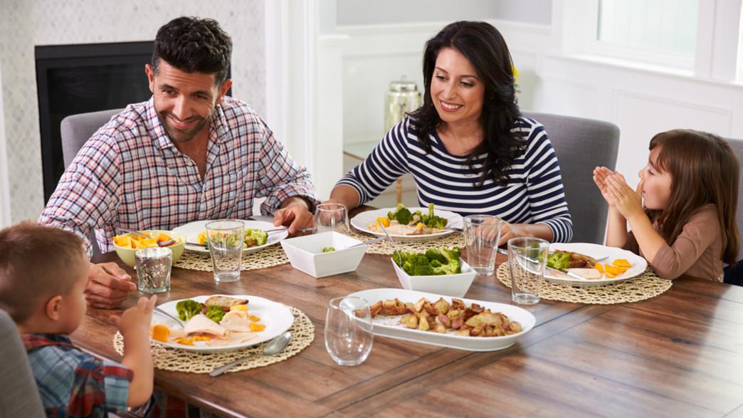 ארוחת ערב משפחתית (צילום: kateafter | Shutterstock.com )
