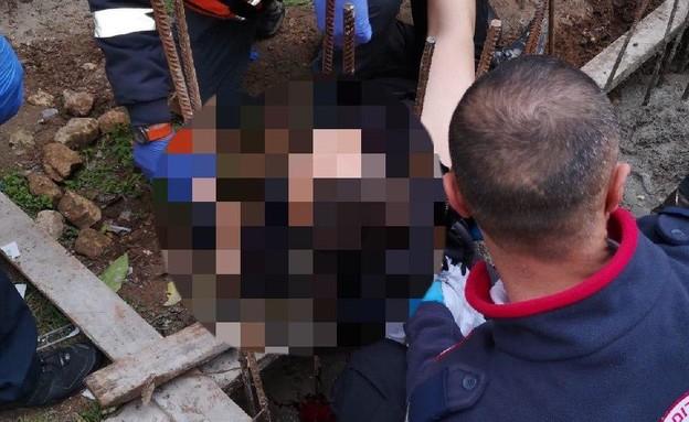 חילוץ גבר שנפל על ברזלי בניין בבית שמש (צילום: דובר תחנה אזורית בית שמש)