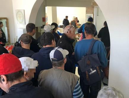 מרתיח: תיירים באילת אוכלים בבית התמחוי בעיר כדי לחסוך בעלויות החופשה