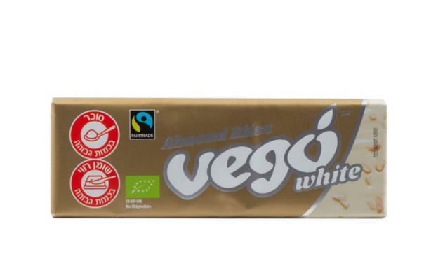 שוקולד לבן טבעוני אורגני עם שבבי שקדים, Vego (צילום: הדס ניצן, יחסי ציבור)