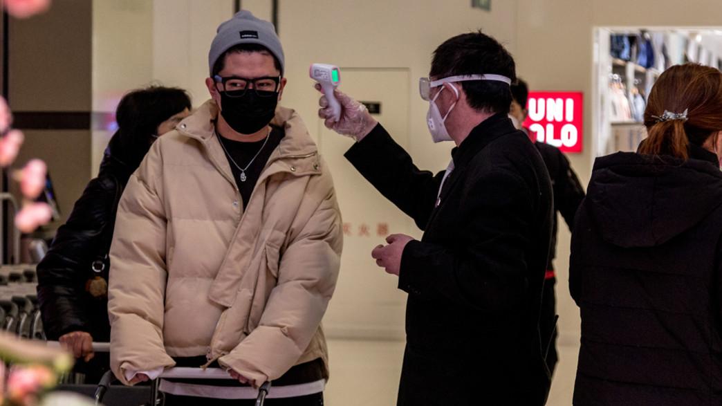 בדיקת חום לנוסעים בסין (צילום: Novikova_Irina, ShutterStock)