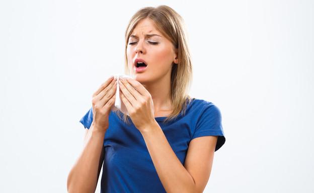 אישה מתעטשת (צילום:  InesBazdar, shutterstock)