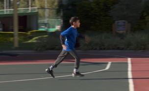 """ינאי נולד עם שיתוק מוחין וירוץ במירוץ ת""""א (צילום: החדשות 12)"""