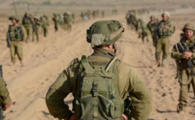 """מפקד מול חיילים בשטח (צילום: דובר צה""""ל, באדיבות גרעיני החיילים)"""