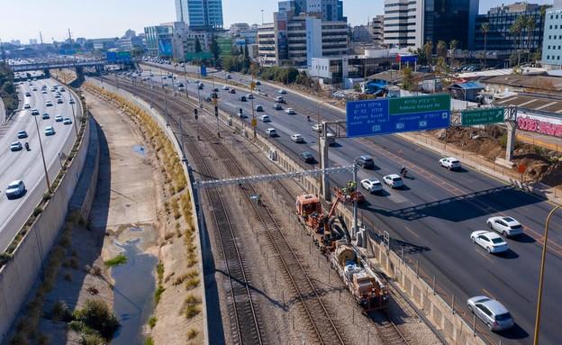 """עבודות החשמול של הרכבת בת""""א מתקדמות (צילום: רכבת ישראל)"""