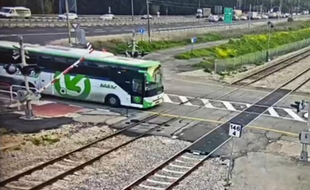 אוטובוס פורץ למסילה דקות לפני מעבר רכבת