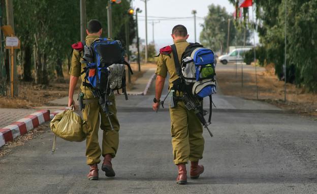חיילים יוצאים מבסיס צה