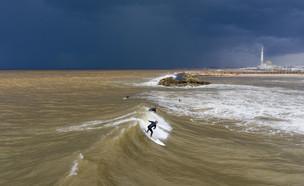 סערה בחוף הים של תל אביב ינואר 2020 (צילום: Oded Balilty, AP)